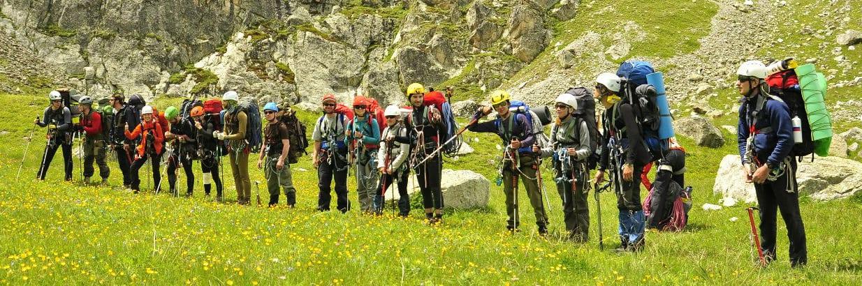 Группа альпинистов на брифинге в горах