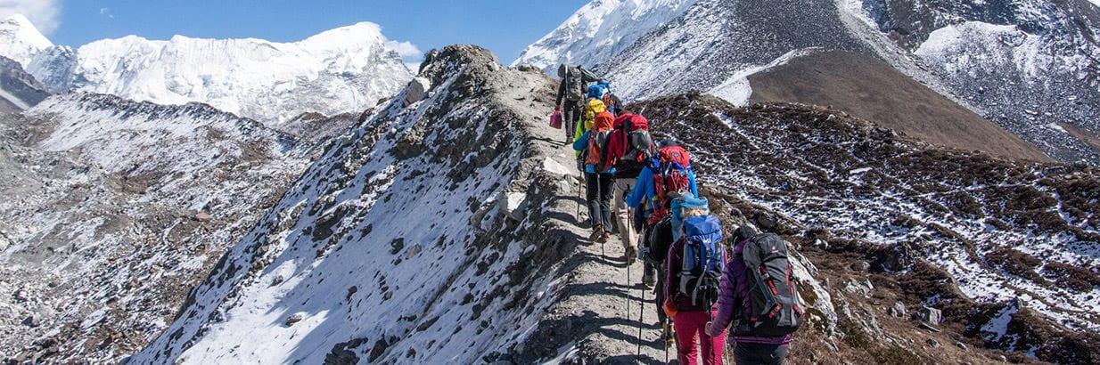Группа совершает треккинг к БЛ Эвереста