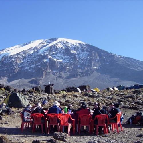 При восхождении на Килиманджаро наших участников ждет полный пансион, им не нужно думать о приготовлении пищи, так как её приготовит повар